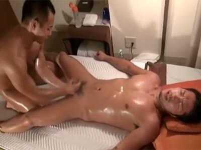 性感マッサージをされる男